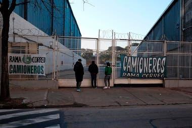 Reclamo del sindicato de Camioneros en calle Miravé entre Luna y Monasterio, lugar de depósitos de Mercadolibre