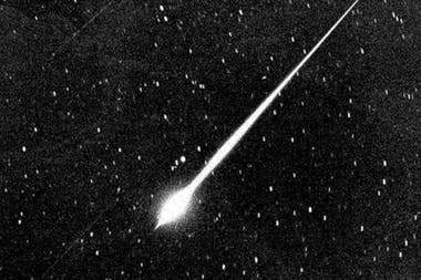 Los fenómenos lumínicos que se ven en el cielo corresponden a los restos del cometa 96P Machholz, descubierto en 1986, que pasa cerca de la órbita terrestre cada 6 años