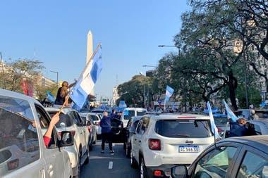 En la 9 de Julio el banderazo se producía desde los autos, para evitar los contagios, como en las veredas