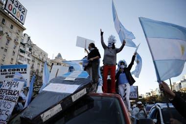 Manifestantes durante la caravana en el Obelisco