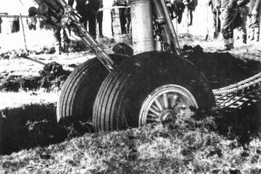 La rueda principal derecha quedó enterrada
