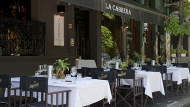 En La Cabrera vale la pena salir del menú más clásico y pedir delicias como la brochette de lomo con cebolla y morrones envuelta en panceta ahumada