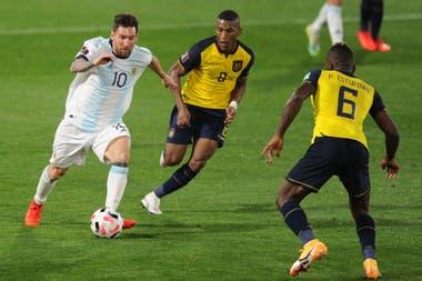 Messi, rodeado: contra Ecuador no armó buenas sociedades de ataque.