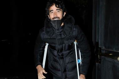 Nacho Viale, en muletas debido a una fractura que sufrió en su pie, arribando al cumpleaños de su mamá