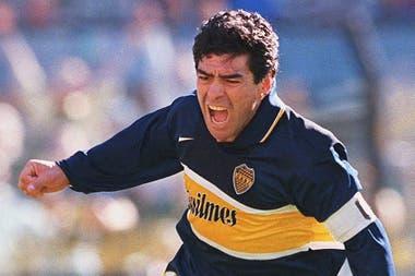 Maradona marca un gol en su último minuto en Boca.