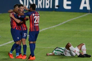 Oscar Romero festeja el 1 a 0 junto con sus compañeros de San Lorenzo
