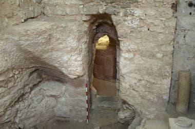 La vivienda se construyó en una cueva natrual ubicada en una ladera de piedra caliza