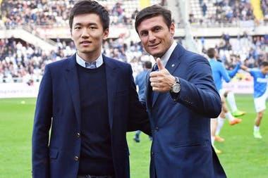 Steven Zhang con el argentino Javier Zanetti, una gloria y vicepresidente de Inter; la cotización del club creció un 41% desde la llegada del grupo inversor chino.