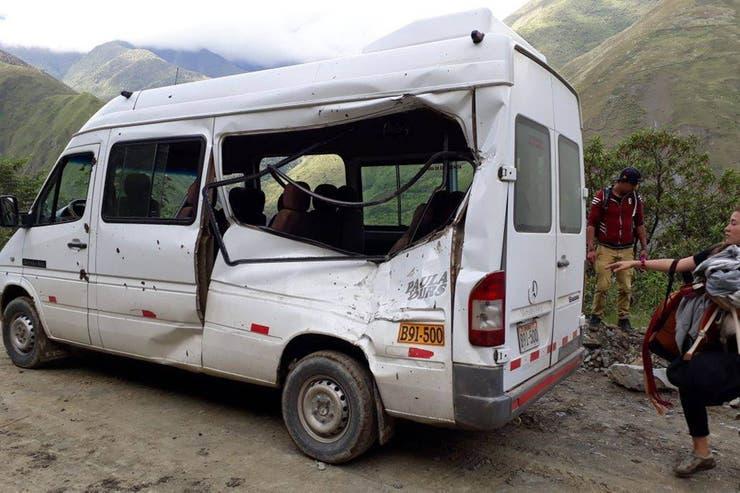 Así quedó el vehículo que trasladaba a la turista argentina, luego de recibir el impacto de una roca