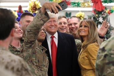 Trump y su mujer Melania se sacaron selfies con los soldados desplegados en Irak