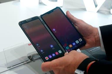 LG mostró como accesorio una pantalla secundaria que se engancha al teléfono (un LG V50 ThinQ)