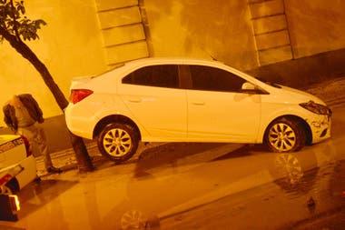Un auto fue arrastrado por el agua en Jardim Botanico, uno de los barrios más afectados