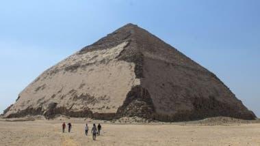 La pirámide fue construida sobre una base de arcilla suave y limosa que creó problemas de estabilidad y hundimiento. La situación se resolvió disminuyendo el ángulo de las caras a 43 grados a partir de los 45 metros de altura.