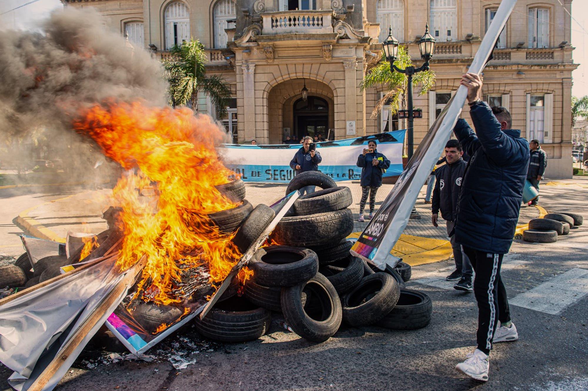 Campana: denuncian que quemaron carteles de campaña de un intendente de Cambiemos