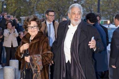 El tenor español junto a su mujer, Marta