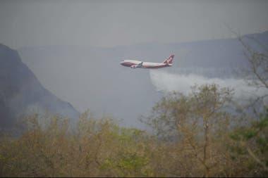 El avión bombero contratado por Bolivia, en acción
