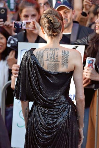 Con un modelo de Atelier Versace, Jolie también mostró en Los Ángeles el tatuaje de la espalda. La ilustración en su piel simboliza su matrimonio.
