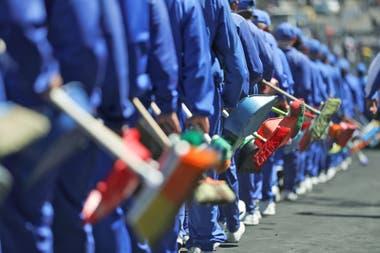 Cientos de estudiantes de policías también limpiaron las calles.