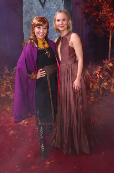 Kristen Bell, la actriz de The Good Place, junto a una actriz caracterizada como su personaje, la intrépida princesa Anna, en el estreno de Frozen II
