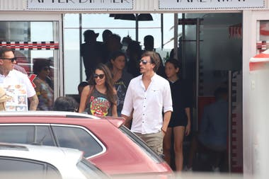 Con un look muy relajado, Pampita Ardohain y su esposo, Roberto García Moritán, pasearon de la mano acompañados de sus hijos