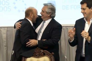 Insfrán y Fernández, abrazados, ante la mirada del ministro De Pedro