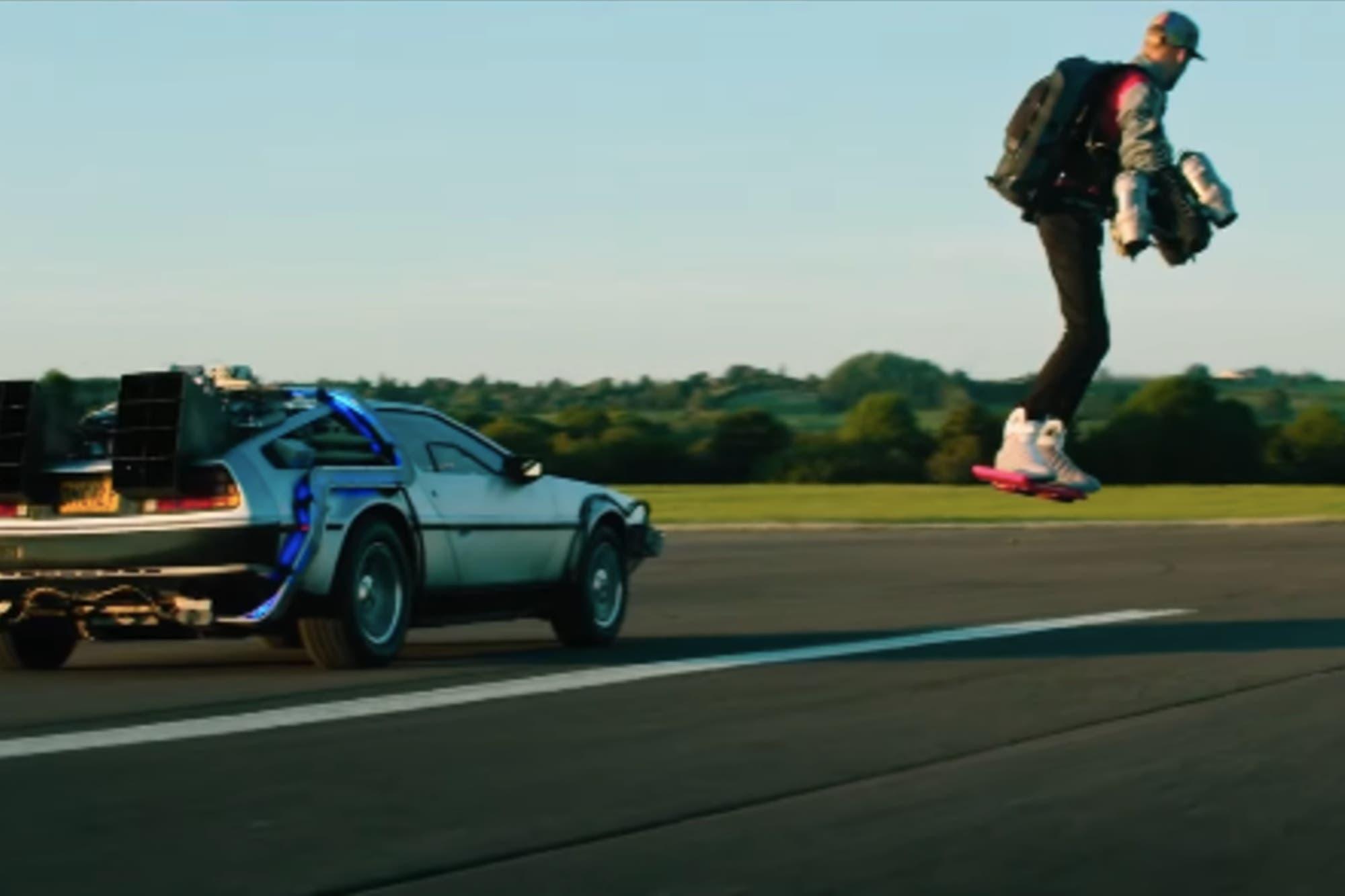 """Con DeLorean incluído, un fanático de """"Volver al futuro"""" recreó la escena de la patineta flotante"""