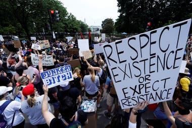 Carteles con diversas consignas durante la marcha por la muerte de George Floyd, en Washington