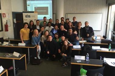 """Justo en el centro de la foto, al fondo...""""Il Capitano"""": Javier Zanetti en el aula, rodeado por sus compañeros"""
