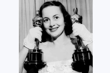 Olivia de Havilland con sus dos premios Oscar