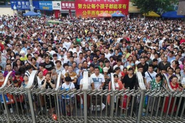A las fueras de los lugares donde se realiza el examen, los padres esperan ansiosos la salida de sus hijos. (Hengshui, China, 2018).