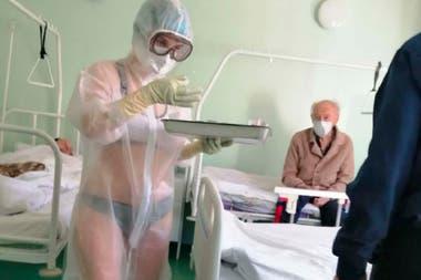 La imagen de la enfermera Nadezhda Zhúkova con ropa interior bajo su atuendo hospitalario se hizo viral en mayo pasado y la joven fue contratada para ser modelo de una importante línea de ropa deportiva
