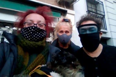 Sancineto y Anibal Pachano. grupo de artistas que promovido por Sancineto que se reunieron durante la pandemia para ayudar a otros artistas que luchan por poner comida en sus mesas después de meses sin trabajo