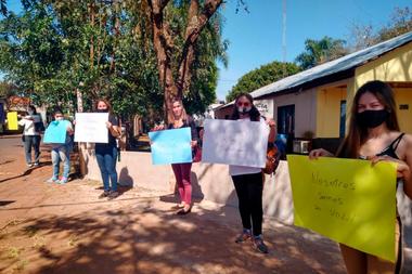 Miembros de asociaciones protectoras de los derechos del animal se manifestaron frente a la comisaría donde el agresor fue detenido