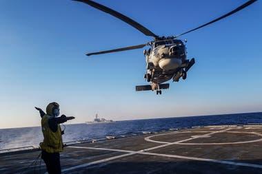 Un helicóptero aterriza en la cubierta de un barco durante un ejercicio militar greco-estadounidense en el mar Mediterráneo oriental al sur de Creta, el 24 de agosto de 2020