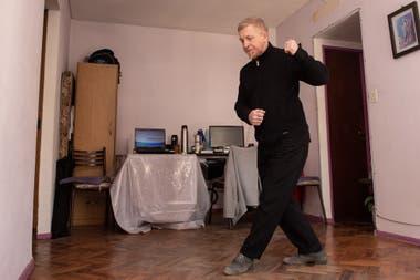 Oscar García es profesor de tango y todos los días tiene alumnos que desde la computadora llegan al living de su departamento en Caballito