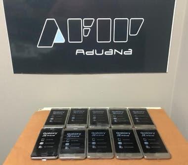 Ya se entregaron 300 celulares que fueron decomisados en la Aduana
