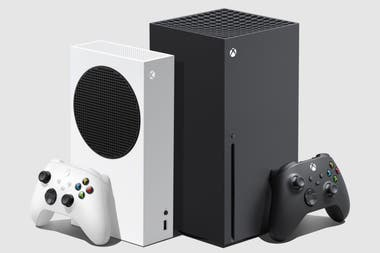 A la izquierda, en color blanco, la Xbox Series S. Al lado, su hermana mayor, la X