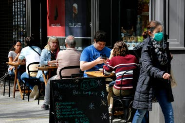 Los bares funcionan con mesas en las veredas en la zona norte del conurbano