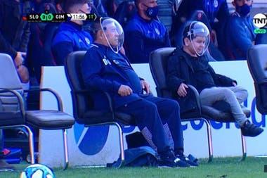 Maradona apareció con una máscara en el amistoso entre San Lorenzo y Gimnasia; a su lado, su hijo Diego Fernando