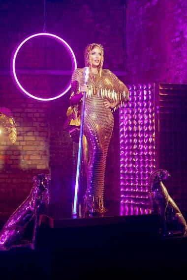 "Kylie Minogue, en el video de ""Magic"""