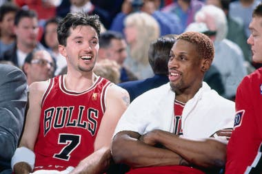 Toni Kukoc y Dennis Rodman, descansan en el banco de suplentes durante un partido de los Chicago Bulls
