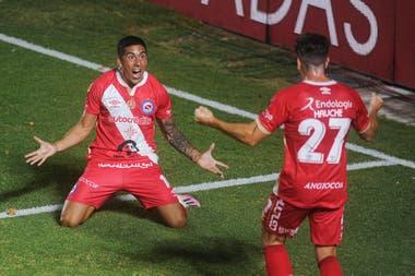 Diego Sosa festeja el 1-0 con Gabriel Hauche, su asistidor.
