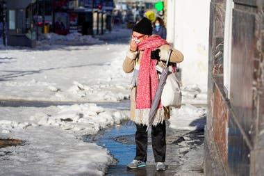 Una mujer camina por la Gran Vía, en Madrid