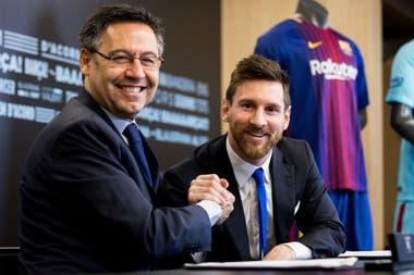 Sonrisas de otros tiempos: el apretón de manos entre Leo Messi y Josep María Bartomeu, ya ex presidente de Barcelona.