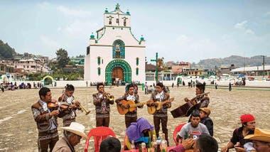 Mariachis frente a la iglesia de San Juan Chamula.