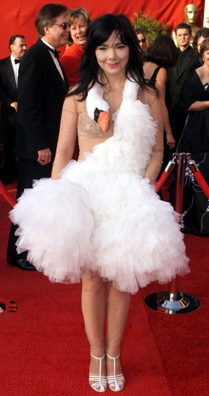 Si el objetivo era ser recordada, vaya si Björk logro su cometido; el traje que usó en la gala de 2001 entró en los registros de la moda como la apuesta más épica al mal gusto. El cisne también llevaba un huevo adosado en el vestido que se le cayó antes de ingresar al teatro