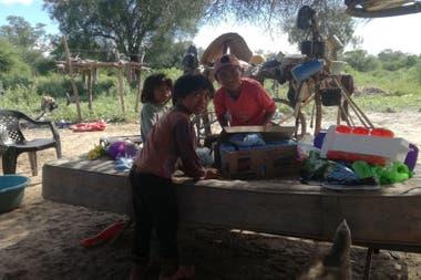 Wenceslao Peña y Delicia Aranda, jugando con donaciones entregadas por La Chata Solidaria