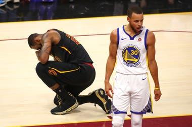 La imagen de la derrota: LeBron está arrodillado y Curry disfruta del éxito