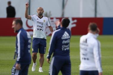 Javier Mascherano, el primero en ingresar al campo de juego para el entrenamiento