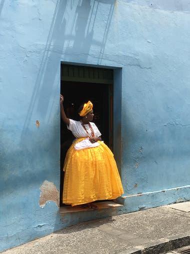 """La imagen fue tomada en Salvador de Bahía, después que pasó un camión. La mujer con ropas tradicionales de una """"bahiana"""", estaba cuidando el camión, durante su descanso laboral"""